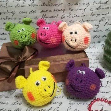Свиношарики игрушки на ёлку крючком