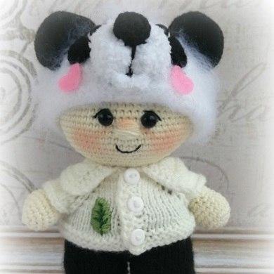 Вязаная кукла пупс в костюме панды