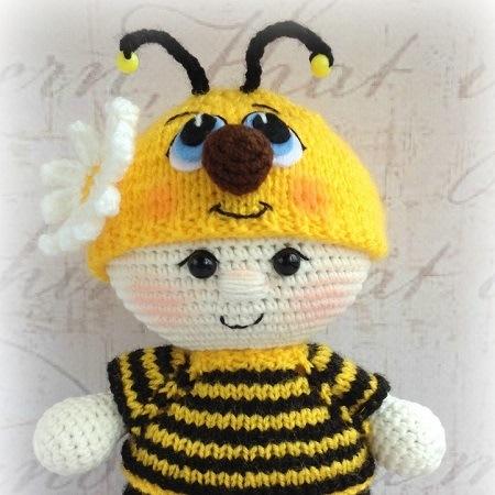 Вязаный пупс в костюме пчелки