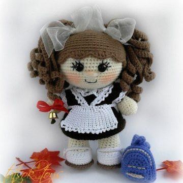 Вязаная кукла школьница крючком