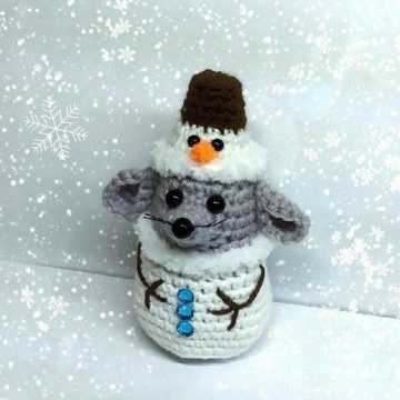 Вязаный мышонок-снеговик крючком
