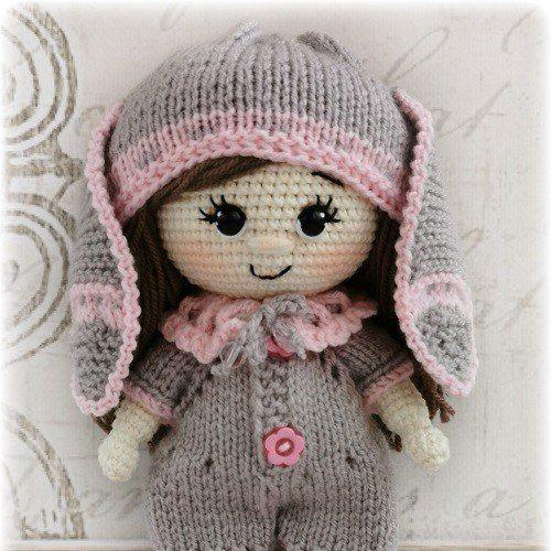 Вязаная кукла в костюме зайки