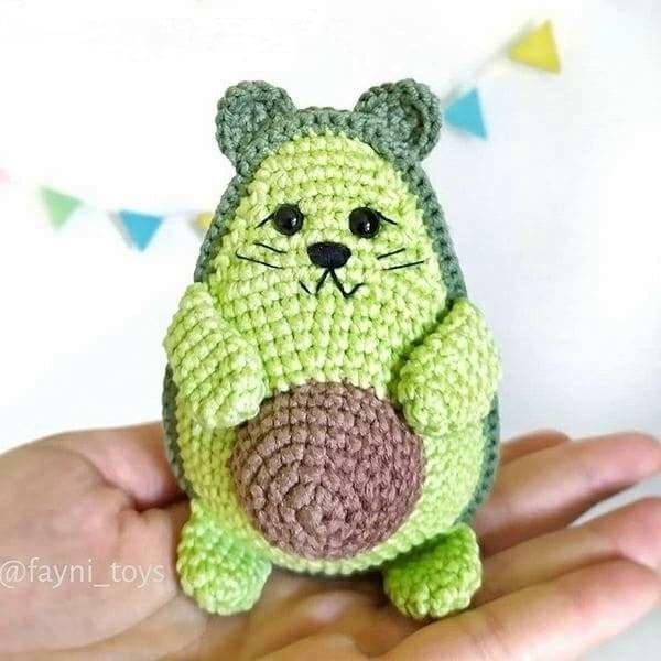 Вязаный кот авокадо крючком