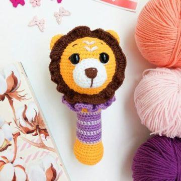 Вязаная погремушка лев