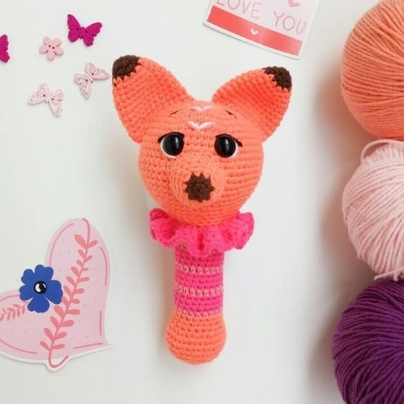 Вязаная погремушка лисичка