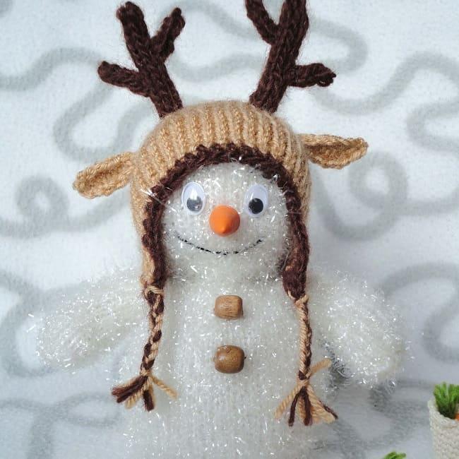 Снеговик в оленьей шапке спицами