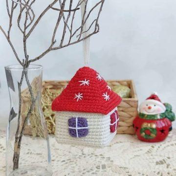 Вязаный домик игрушка на елку