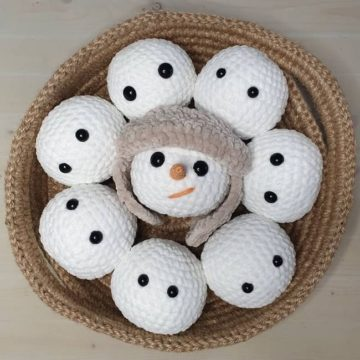 Вязаный шарик снеговик